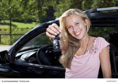 freu mit autoschlüssel